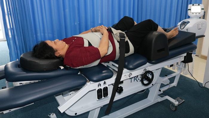 Bệnh nhân đang tập vật lý trị liệu chữa thoát vị đĩa đệm